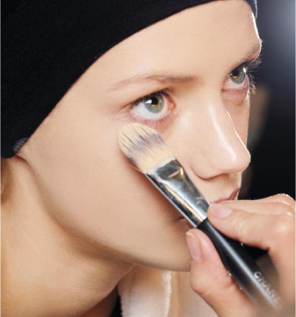 Не използвайте прекалено много грим, за да прикриете дълбоки бръчки.