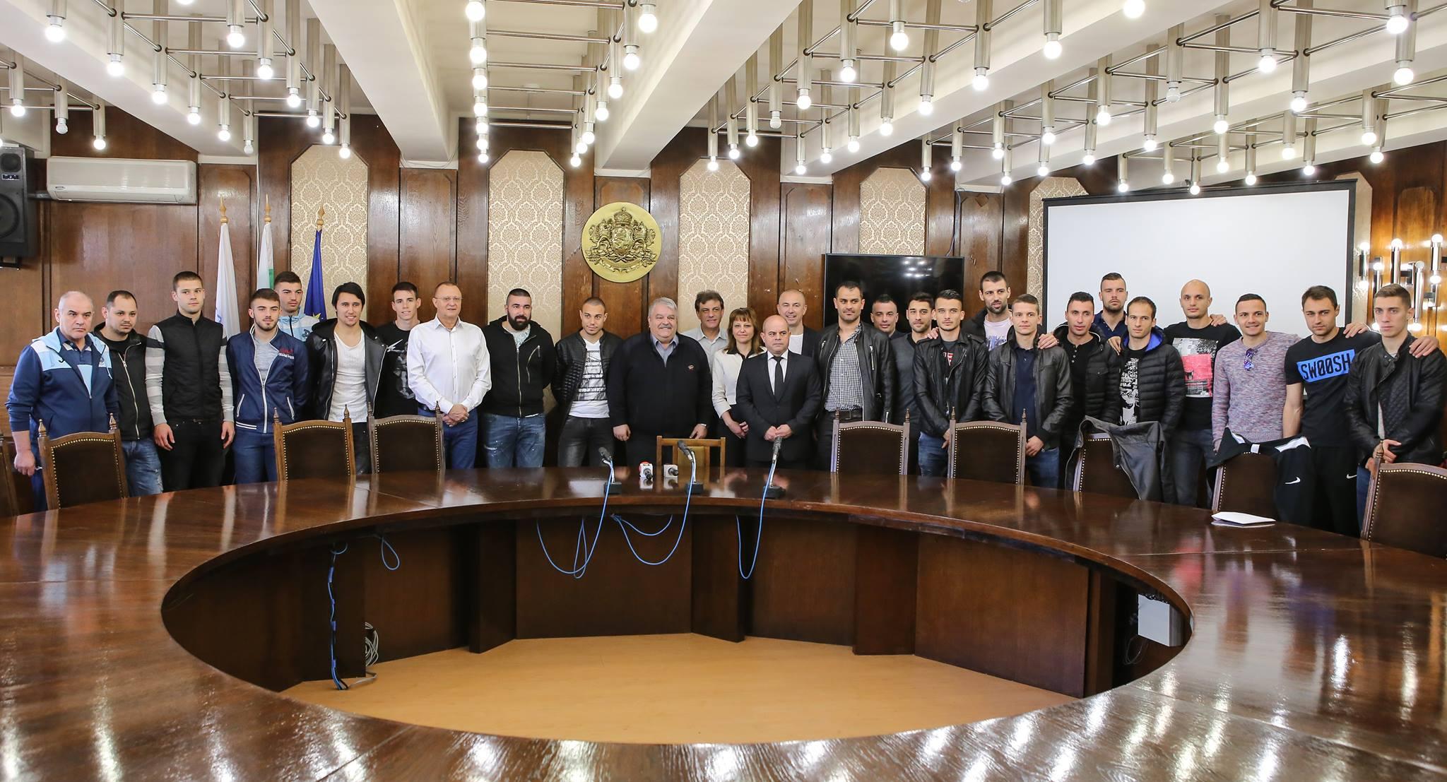"""Photo of Футболен клуб """"Дунав"""" с отборна премия за класирането в Топ 6 на Първа лига"""