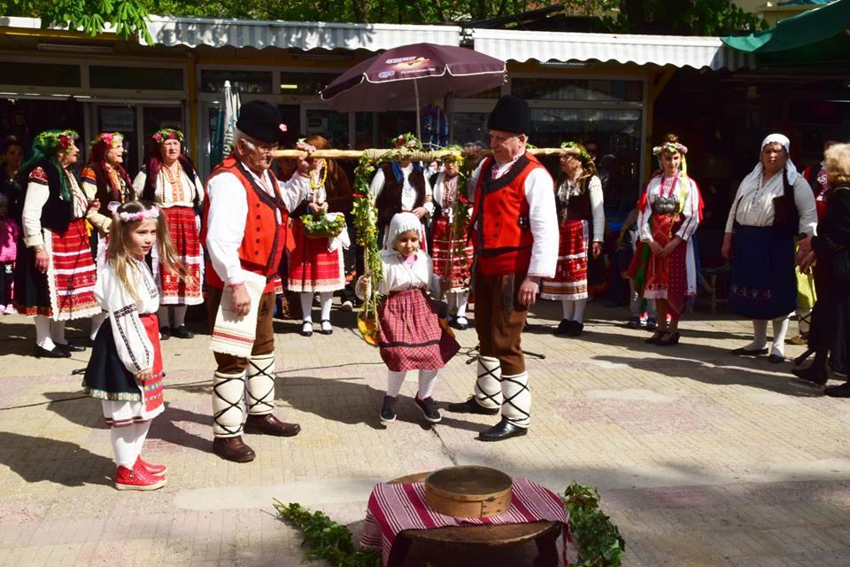 Нагиздени лазарки наричаха за берекет на Централния пазар в Русе