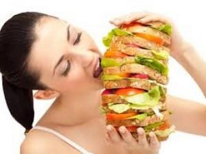Преди да се научите как да спрете да преяждате, трябва да знаете кога вашето тялото ви казва, че трябва да ядете.
