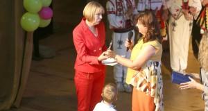 """Със сълзи, цветя и плакет изпратиха в пенсия директорката на детска градина """"Здравец"""""""