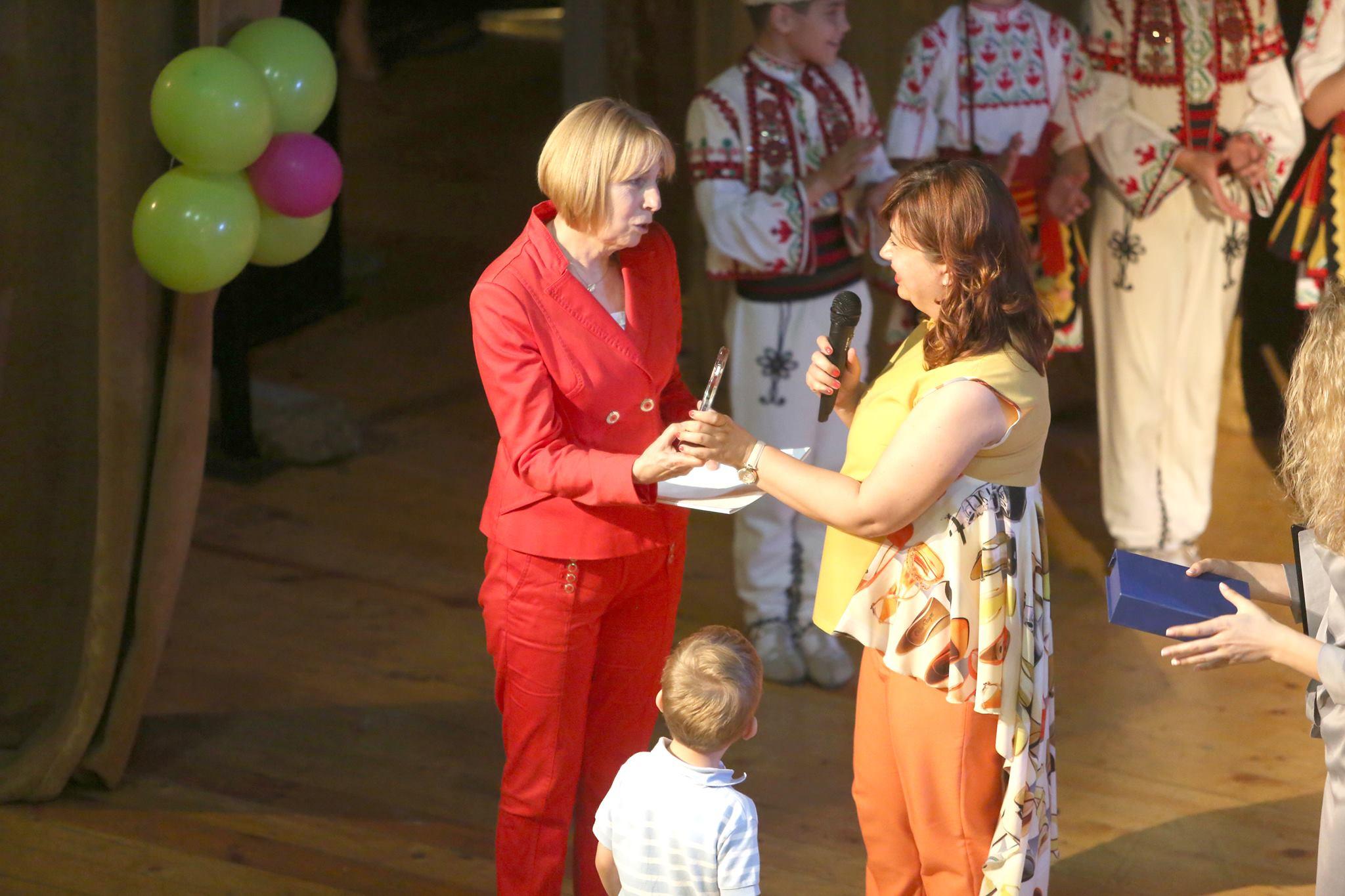 """Photo of Със сълзи, цветя и плакет изпратиха в пенсия директорката на детска градина """"Здравец"""""""