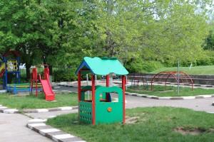 "Дарител зарадва децата от детска градина ""Снежанка"" с нова площадка"
