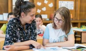 Новите учители се учат също как да изграждат визия за успеха на своите ученици, да определят целите по пътя към тази визия и начините за постигането им.