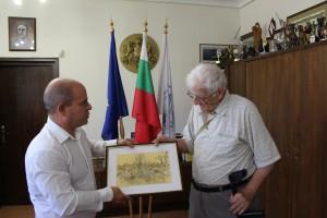 """Кметът Пламен Стоилов връчи златна значка """"Русе на художника, а той му подари картина"""