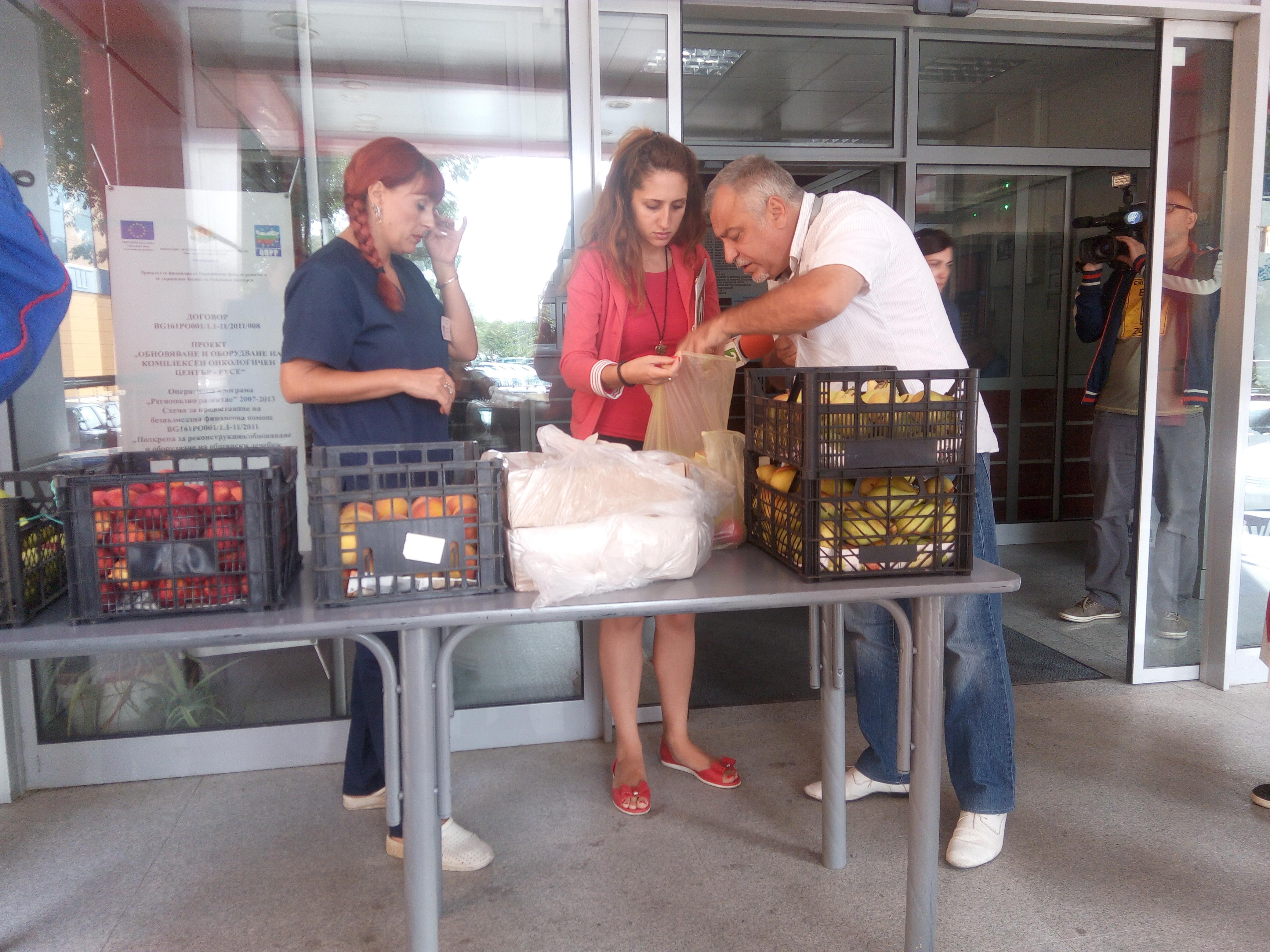 """Photo of """"Общински пазари""""- Русе дари плодове на онкоболни"""