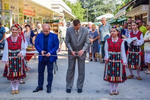 """Кметът Пламен Стоилов и управителят на """"Общински пазари"""" - Кунчо Кунчев откриха обновени търговски обекти на пазар """"Здравец изток""""."""