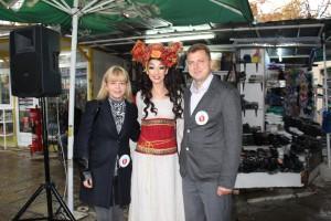 """Царицата на плодородието със зам.-кмета Даниела Шилкова и управителя на """"Общински пазари"""" Кунчо Кунчев"""