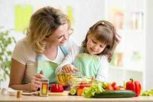 Много деца опознават света около себе си, като миришат всичко.