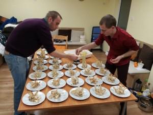 Двамата кулинари в акция на вечерята, организирана от Еквилибриум