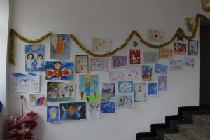 В сградата на кукления театър изложба на рисунки изпълва преддверието и фоайето
