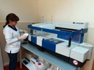 Магистър биологът Ана Петкова показва как се извършва изследването да витамин D total