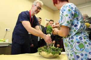 Главната акушерка изми ръцете на д-р Рудницки в УМБАЛ Медика