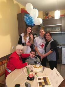Доброволци на Младежкия червен кръст в Русе зарадваха болно дете на рождения му ден.