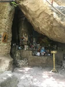 Близо до пещерата, през 12-13 век. е изграден скален параклис.
