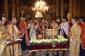 """Мощите на Светеца бяха изложени за поклонение в храм """"Света Троица"""", снимка: Русенска Митрополия"""