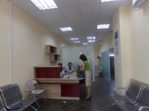 Екип от лаборантка и регистратор обслужва хората, дошли, за да се изследват.