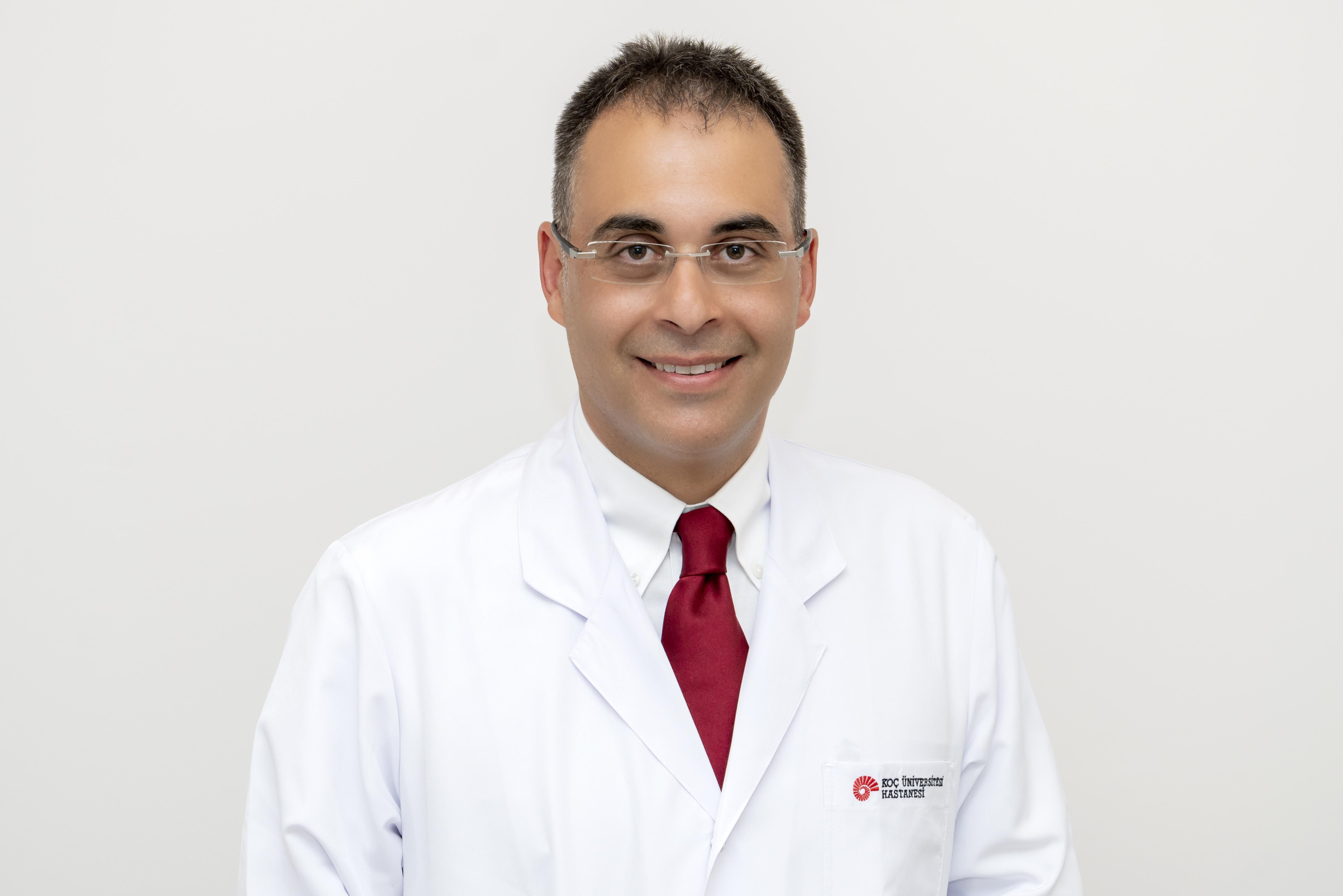 """Проф. Бурак Кочак е директор на Програмата за трансплантация на бъбреци и панкреас в Университетска болница """"Коч"""" (Koç University Hospital) в Турция."""