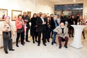 Част от гостите на изложбата, сред които е и Ради Неделчев /седнал/