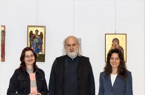 Отец Стефан откри и третата изложба на Надя и Димитринка. Той е човекът, който освен като свещеник, посещава залата и като гражданин, който харесва икони