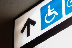 Важно е да се отбележи и насърчаването на равните възможности при наемането на работа на хора с увреждания и на такива без увреждания.