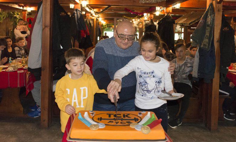 Д-р Кирил Панайотов имаше помощници за разрязването на празничната торта